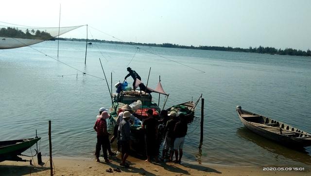 Vụ lật ghe, 5 người mất tích trên sông Thu Bồn: 3 con thơ bơ vơ khi mất cha - 1