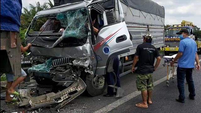 Xe tải tông đuôi xe đầu kéo, 2 người mắc kẹt trong cabin - 1