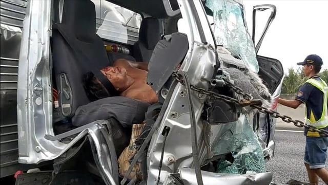 Xe tải tông đuôi xe đầu kéo, 2 người mắc kẹt trong cabin - 2