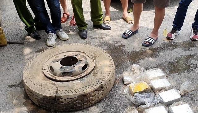 Bắt 4 đối tượng giấu 16 bánh heroin trong lốp xe ô tô - 2