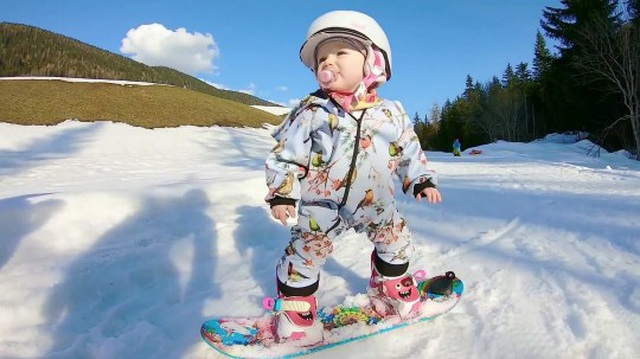 Choáng với kỹ năng trượt tuyết điêu luyện của em bé 1 tuổi - 1