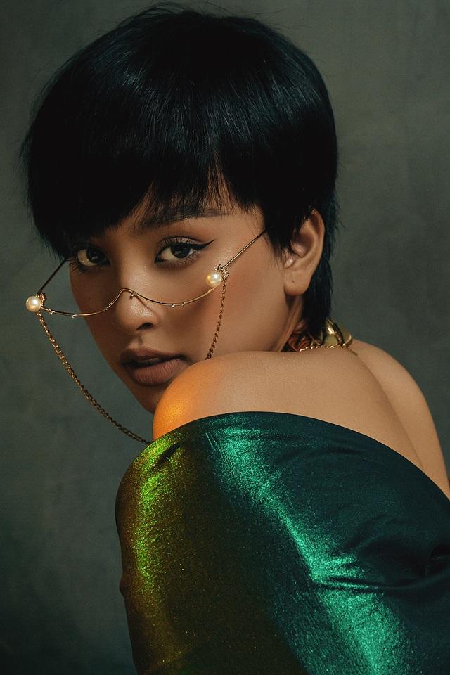 Hoa hậu Trần Tiểu Vy khác lạ với tóc ngắn cá tính - 1