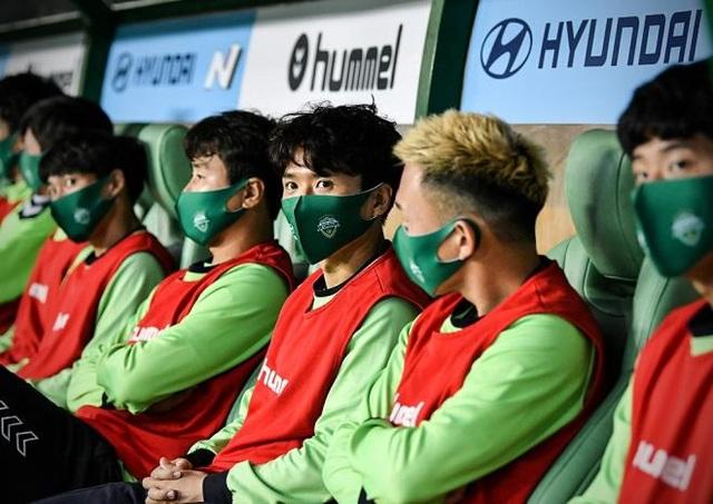 Cầu thủ đeo khẩu trang, giãn cách khi ra sân ở Hàn Quốc - 1