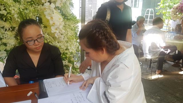 Nghệ sĩ Thanh Ngân, Vân Khánh... bật khóc khi đến viếng Vũ Đức Sao Biển - 6