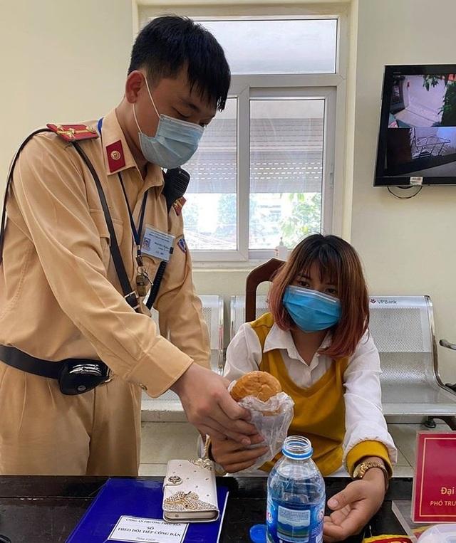 Hà Nội: Kịp thời giải cứu một phụ nữ có ý định nhảy cầu tự vẫn - 1