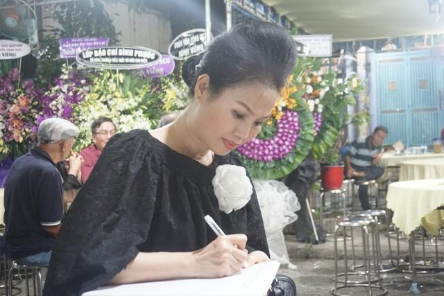 Nghệ sĩ Thanh Ngân, Vân Khánh... bật khóc khi đến viếng Vũ Đức Sao Biển - 11