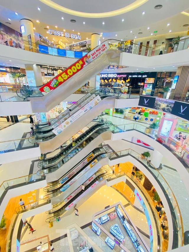Trung tâm thương mại ở Hà Nội vẫn đìu hiu sau giãn cách xã hội - 1
