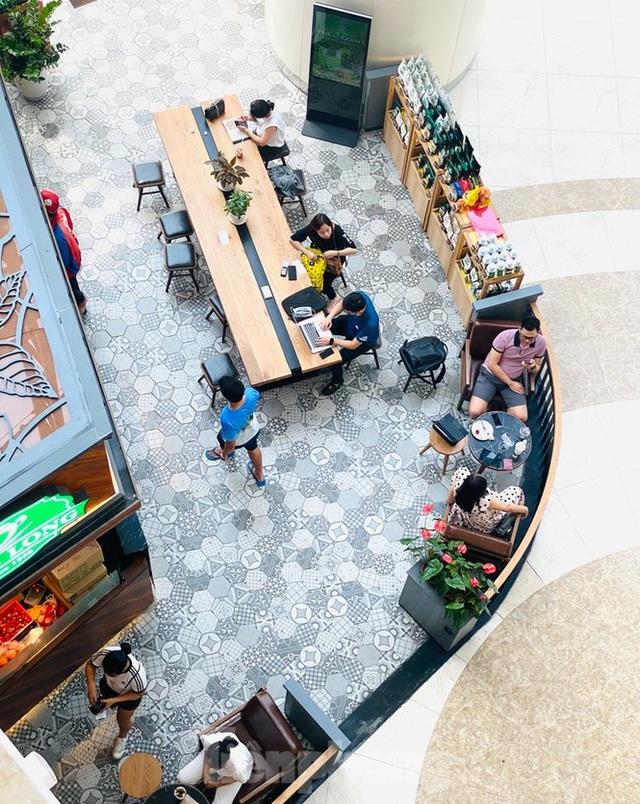 Trung tâm thương mại ở Hà Nội vẫn đìu hiu sau giãn cách xã hội - 10