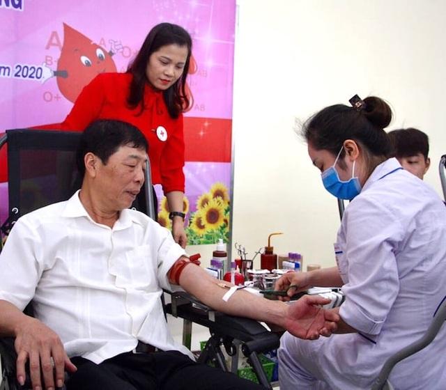 """Bắc Giang: Bí thư tỉnh hiến máu phát động chiến dịch """"Những giọt máu hồng"""" - 1"""