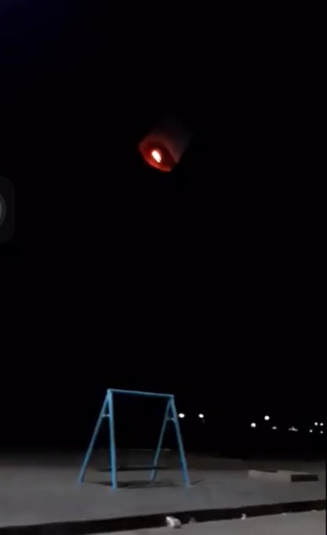 Hy hữu: Đèn gió từ… trời rơi xuống trúng xe máy gây cháy - 1