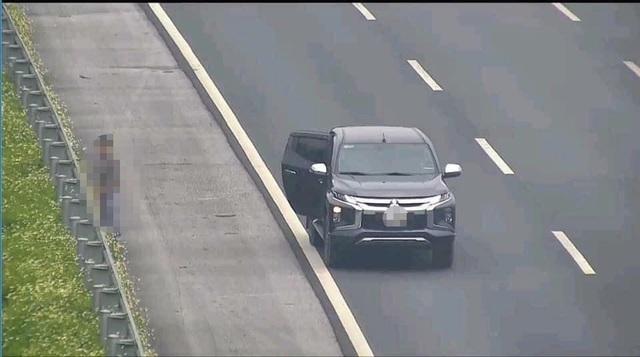Người đàn ông dừng ô tô trên cao tốc để... đi vệ sinh - 1