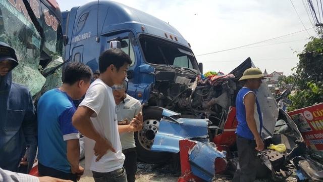 Xe khách và xe container đấu đầu, một cựu giáo viên tử vong - 5