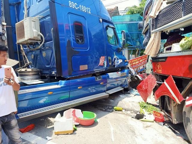 Xe khách và xe container đấu đầu, một cựu giáo viên tử vong - 1