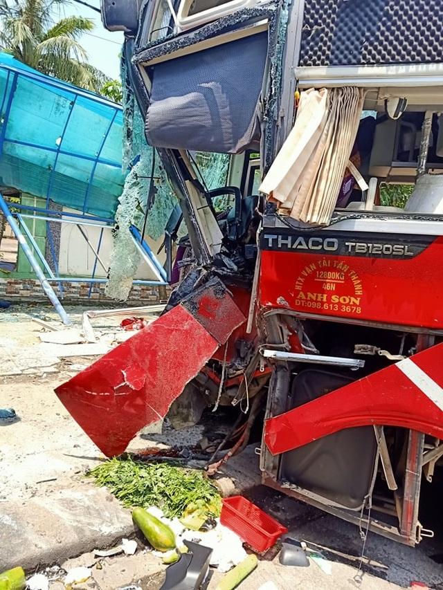 Xe khách và xe container đấu đầu, một cựu giáo viên tử vong - 3