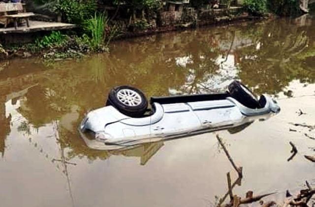 Xe ô tô 7 chỗ lao xuống sông, 2 người tử vong - 2