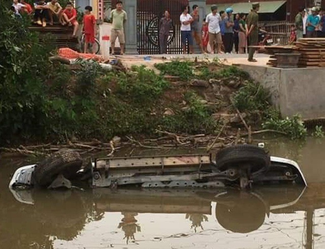 Xe ô tô 7 chỗ lao xuống sông, 2 người tử vong - 1