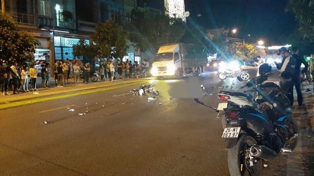 Hai xe máy đối đầu trong đêm, 3 người thương vong - 1