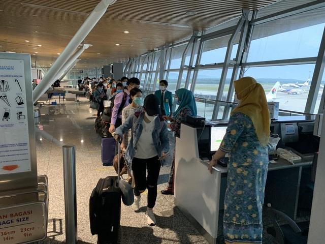 """Hơn 270 người Việt """"mắc kẹt"""" ở Malaysia được đưa về nước - 1"""