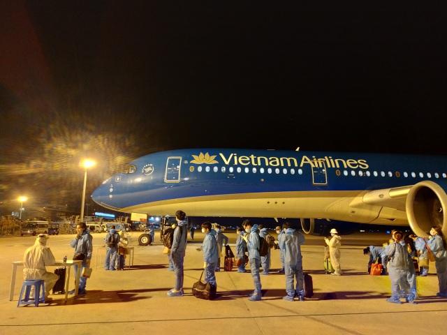 """Hơn 270 người Việt """"mắc kẹt"""" ở Malaysia được đưa về nước - 4"""