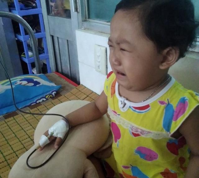 Xót xa cảnh bé gái đau đớn khóc khản giọng mong được ở bên cha - 5