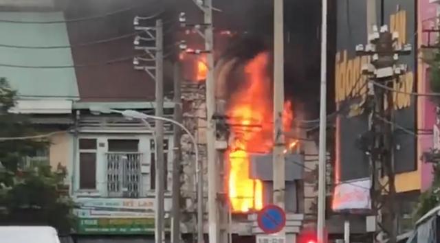 Cứu 10 người trong vụ cháy căn hộ chung cư ở Sài Gòn - 1