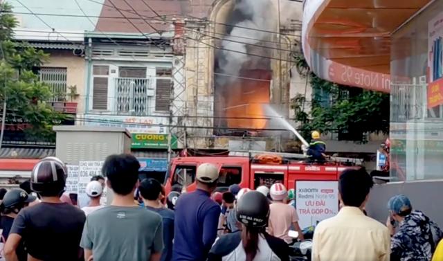 Cứu 10 người trong vụ cháy căn hộ chung cư ở Sài Gòn - 2