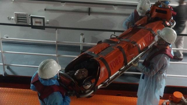 Cấp cứu thuyền viên méo miệng, co giật từng cơn trên vùng biển Hoàng Sa - 3