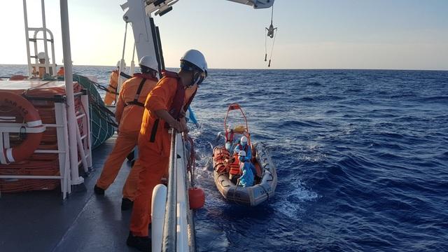 Cấp cứu thuyền viên méo miệng, co giật từng cơn trên vùng biển Hoàng Sa - 1