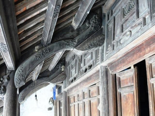 Hệ thống cột kèo của ngôi nhà vẫn rất chắc chắn và được chạm trổ hoa văn tinh xảo. Ảnh: NVCC