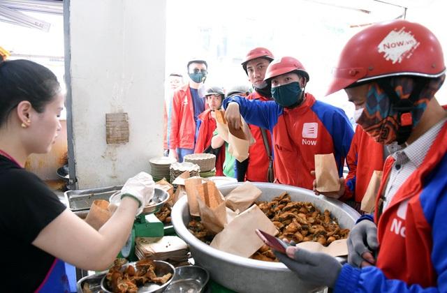 Hà Nội nắng nóng nhất từ đầu hè, shipper xếp hàng dài mua đồ ăn cho khách - 9