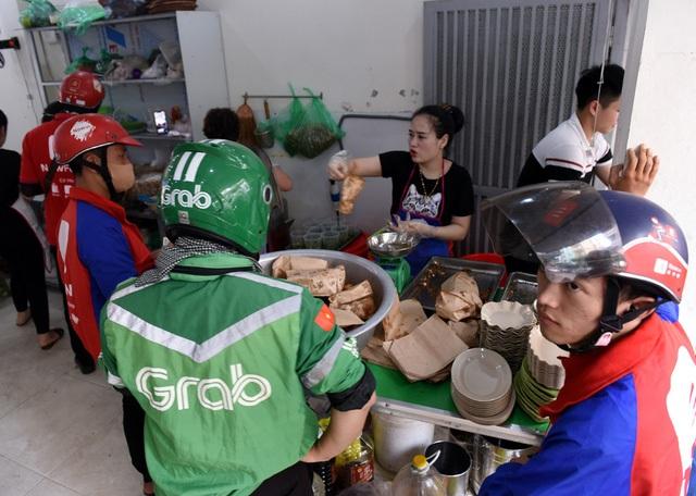 Hà Nội nắng nóng nhất từ đầu hè, shipper xếp hàng dài mua đồ ăn cho khách - 11