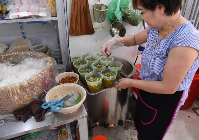 Hà Nội nắng nóng nhất từ đầu hè, shipper xếp hàng dài mua đồ ăn cho khách - 5