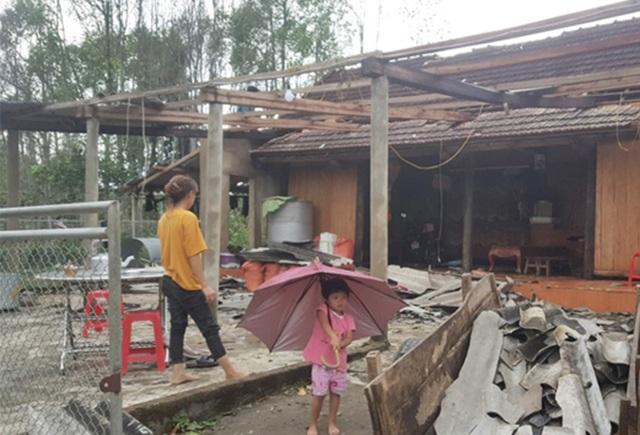 Cận cảnh cả trăm ngôi nhà tan hoang sau trận lốc xoáy - 1