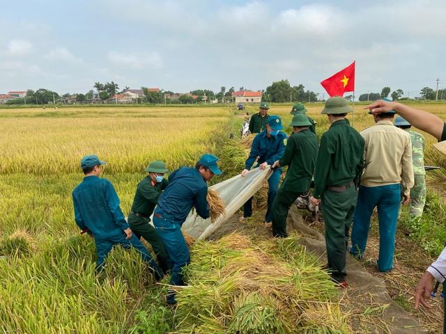 Bộ đội căng mình giữa nắng nóng giúp dân gặt lúa, sửa nhà - 1