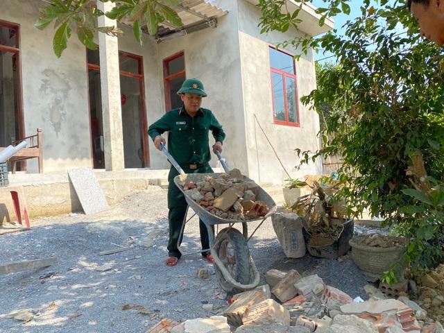 Bộ đội căng mình giữa nắng nóng giúp dân gặt lúa, sửa nhà - 3