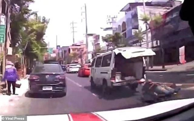 Video gây sốc: Bệnh nhân rơi khỏi xe cứu thương trên đường phố Bangkok - 1