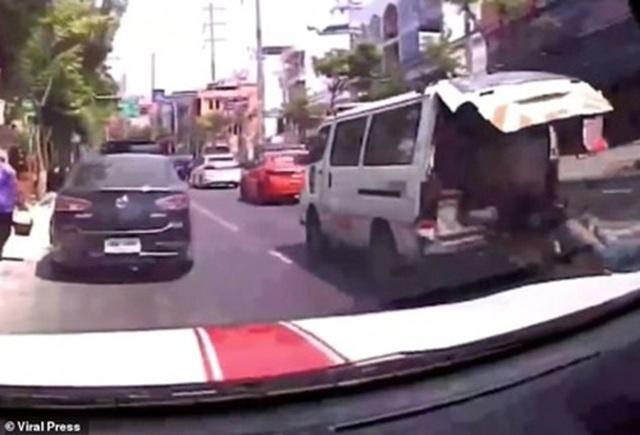 Video gây sốc: Bệnh nhân rơi khỏi xe cứu thương trên đường phố Bangkok - 2