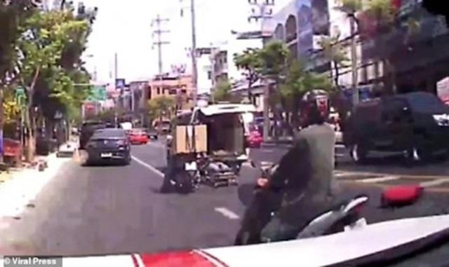 Video gây sốc: Bệnh nhân rơi khỏi xe cứu thương trên đường phố Bangkok - 3
