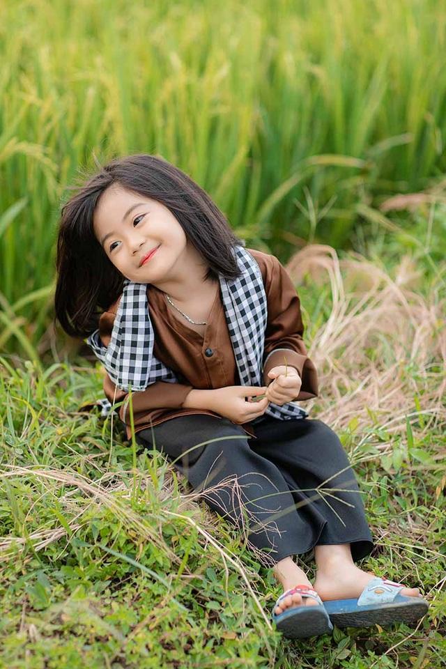 Bé gái xinh như thiên thần trên cánh đồng mùa lúa trổ bông - 2