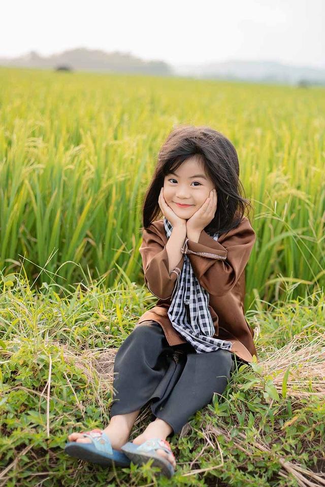 Bé gái xinh như thiên thần trên cánh đồng mùa lúa trổ bông - 4