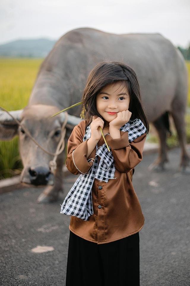 Bé gái xinh như thiên thần trên cánh đồng mùa lúa trổ bông - 6