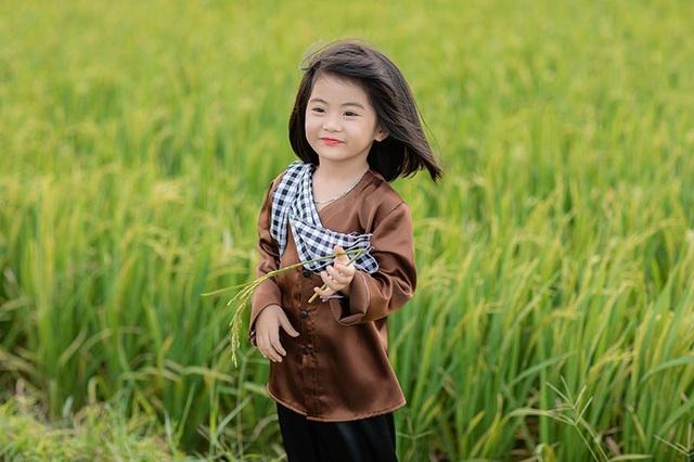 Bé gái xinh như thiên thần trên cánh đồng mùa lúa trổ bông - 9