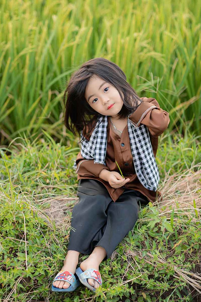 Bé gái xinh như thiên thần trên cánh đồng mùa lúa trổ bông - 10
