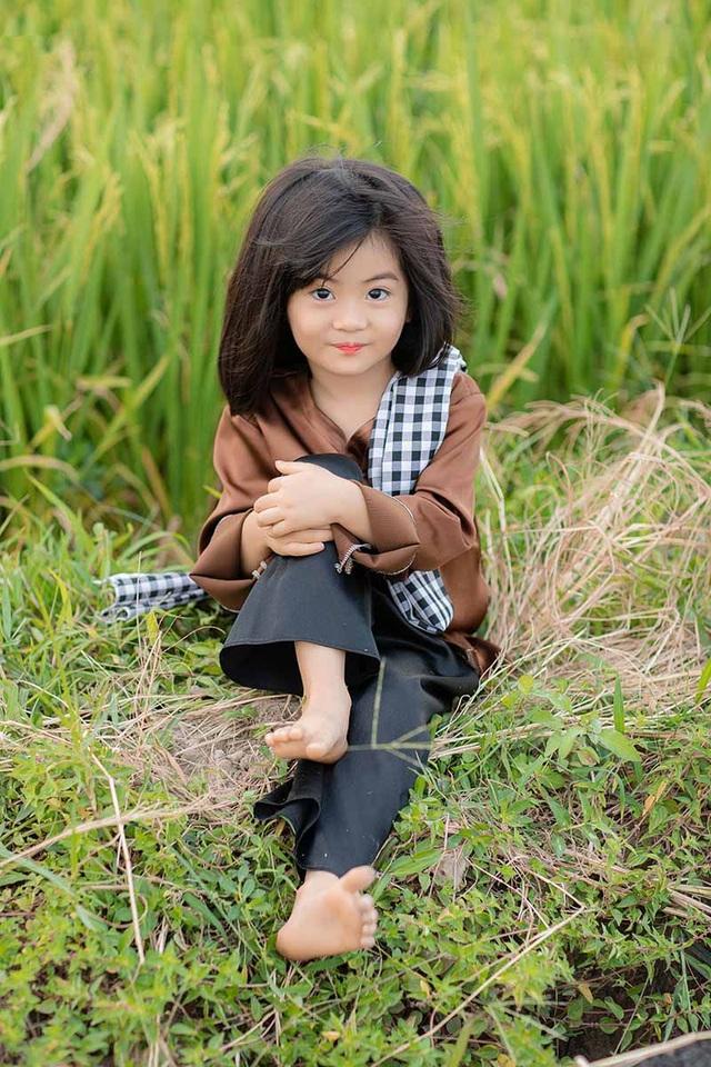 Bé gái xinh như thiên thần trên cánh đồng mùa lúa trổ bông - 11