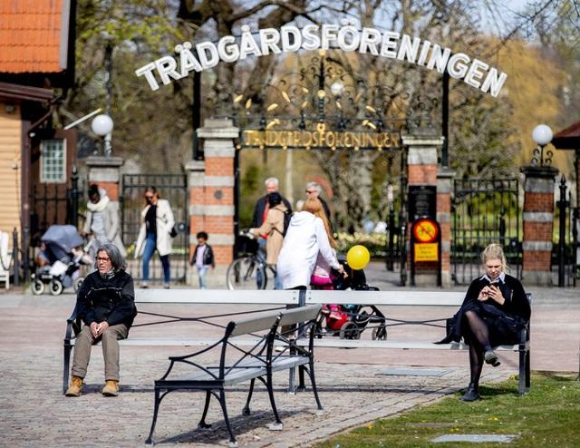 Thụy Điển sửa chiến lược chống dịch khác biệt vì nhiều người già qua đời - 1