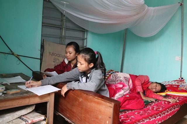 Dòng nước mắt cầu cứu của 2 chị em mồ côi bố nhìn mẹ bạo bệnh - 4