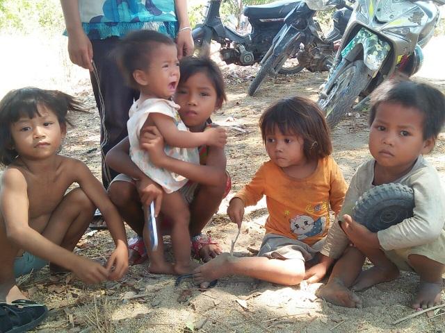 Thương những đứa trẻ vô tội đói nheo nhóc sống chui trong lều tạm - 4