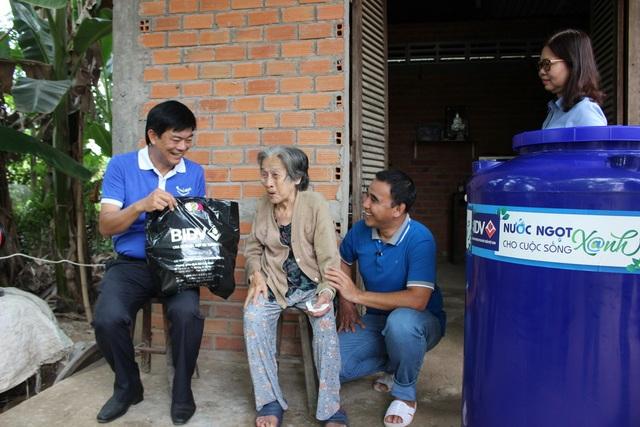 BIDV trao tặng 13.300 bồn chứa nước và 39 máy lọc nước ủng hộ đồng bào 5 tỉnh ĐBSCL - 3