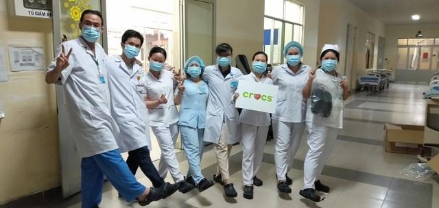 Crocs tặng 800 đôi dép cho đội ngũ y bác sĩ tuyến đầu chống dịch Covid-19 - 1