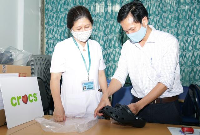 Crocs tặng 800 đôi dép cho đội ngũ y bác sĩ tuyến đầu chống dịch Covid-19 - 3